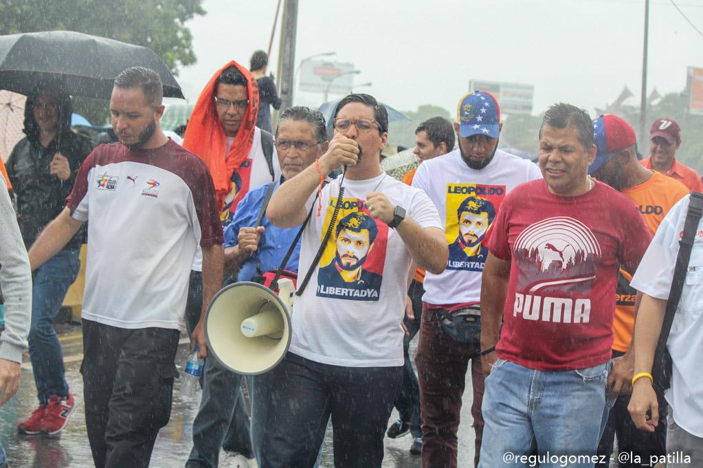 Con banderas, cruces y bajo la lluvia los opositores se plantaron en Caracas.