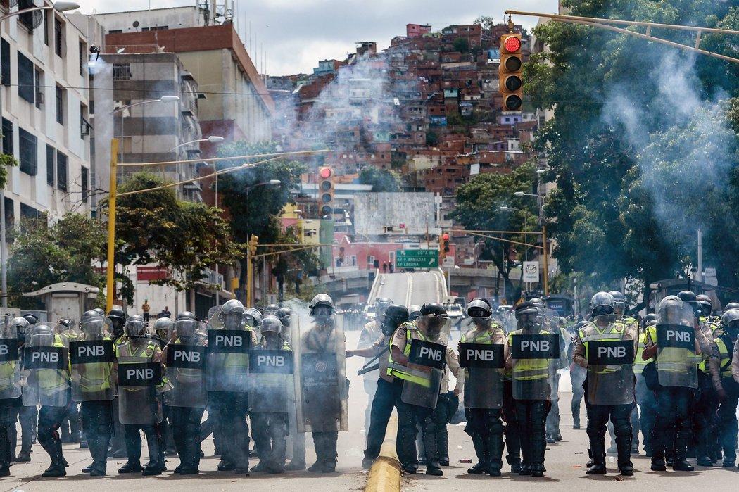 Agentes de la Policía Nacional Bolivariana cierran el paso de una marcha celebrada este 1 de mayo, Día del Trabajador. Credit Federico Parra / Agence France-Presse - Getty Images