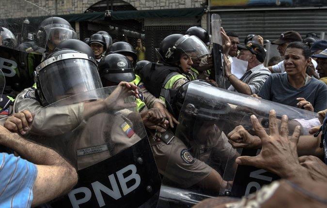 Un enfrentamiento entre opositores y la Policía Nacional Bolivariana durante una protesta en Caracas Credit Juan Barreto/Agence France-Presse — Getty Images