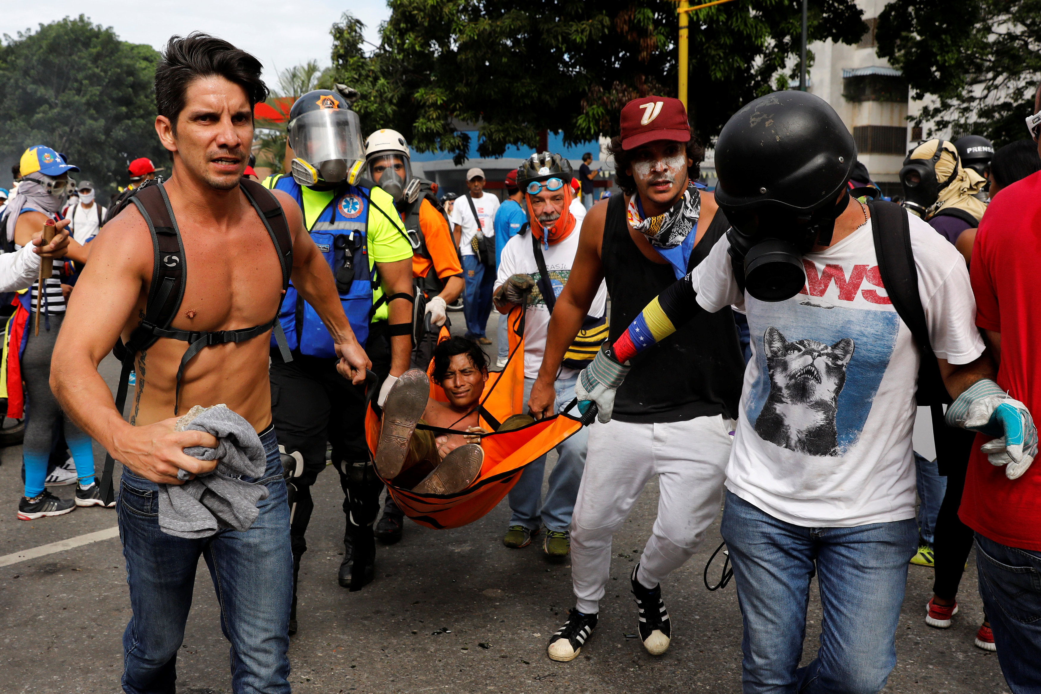 GN arremete contyra manifestantes. Tanqueta arrolla de manera ofensiva a una persona. REUTERS/Carlos Garcia Rawlins