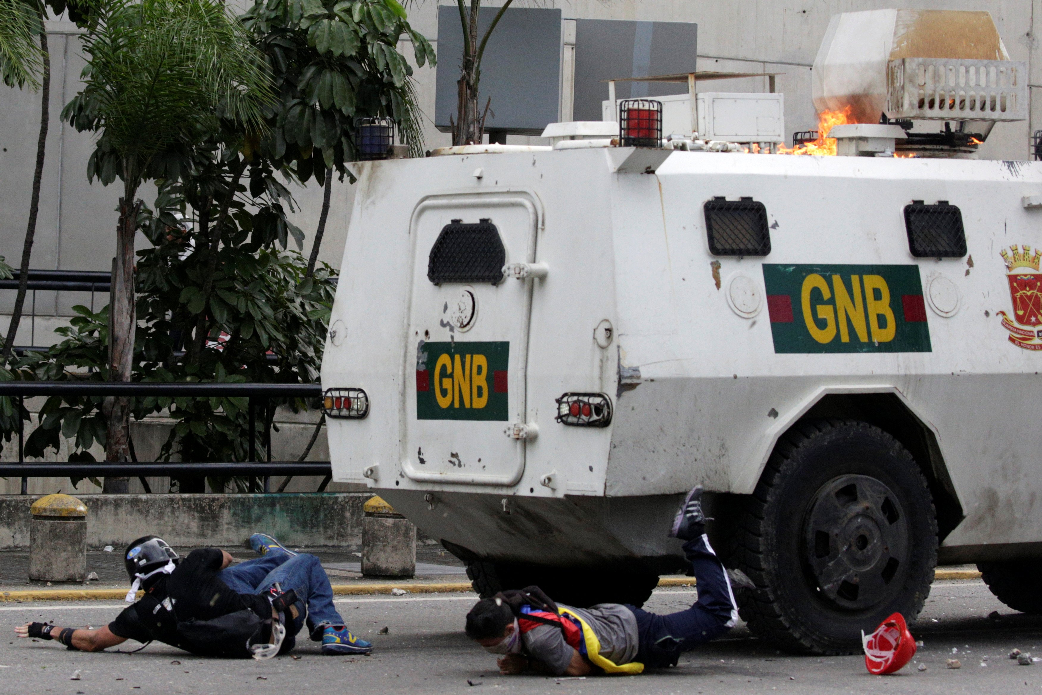 Tanqueta de la GN arremetió de manera ofensiva contra los manifestantes en Altamira. REUTERS/Marco Bello