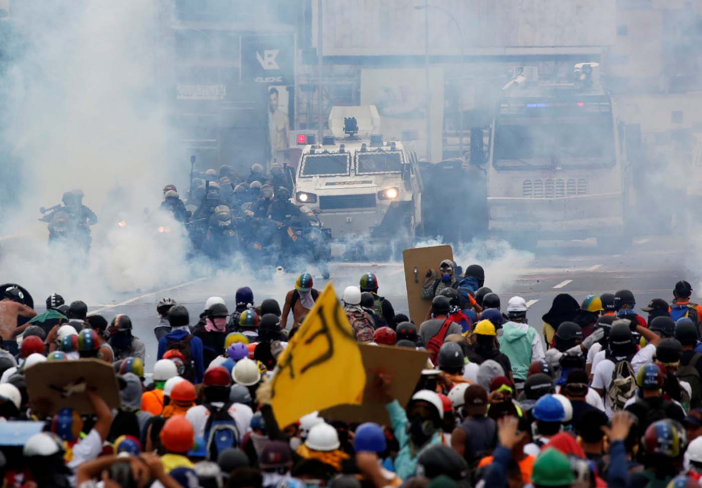 Opposition supporters clash with riot police while rallying against Venezuelan President Nicolas Maduro in Caracas, Venezuela, May 8, 2017. REUTERS/Carlos Garcia Rawlins