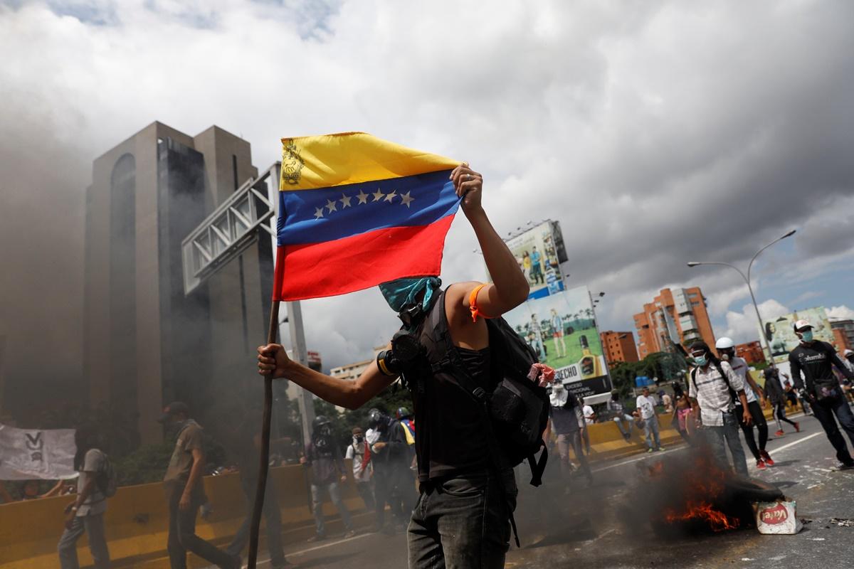 Demonstrators build barricades during a protest against Venezuela's President Nicolas Maduro's government in Caracas, Venezuela, May 13, 2017. REUTERS/Carlos Garcia Rawlins