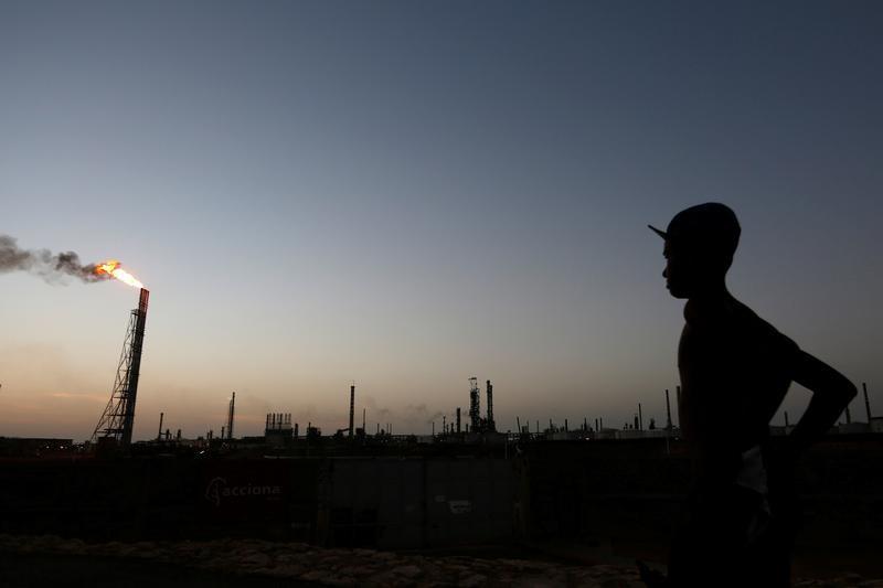 Un hombre esta parado cerca de la refinería Cardón, en Punto Fijo, Venezuela. 22 de julio 2016. Foto: Reuters/Carlos Jasso/Archivo