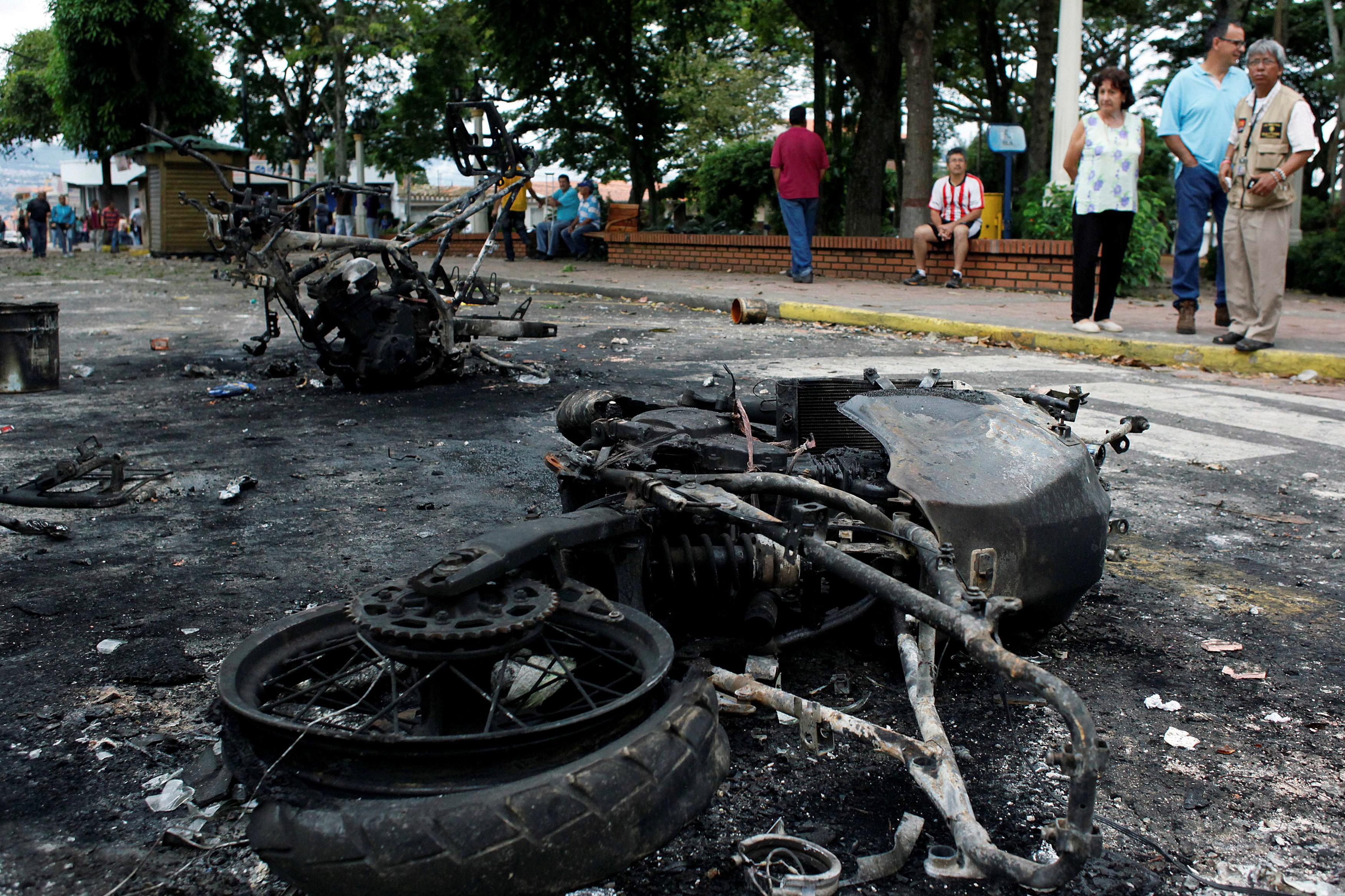 Motos de la policía incendiadas son vistas durante una protesta contra el gobierno del presidente de Venezuela, Nicolás Maduro, en Palmira, Táchira, 16 de mayo de 2017. Foto: Reuters/ Carlos Eduardo Ramírez