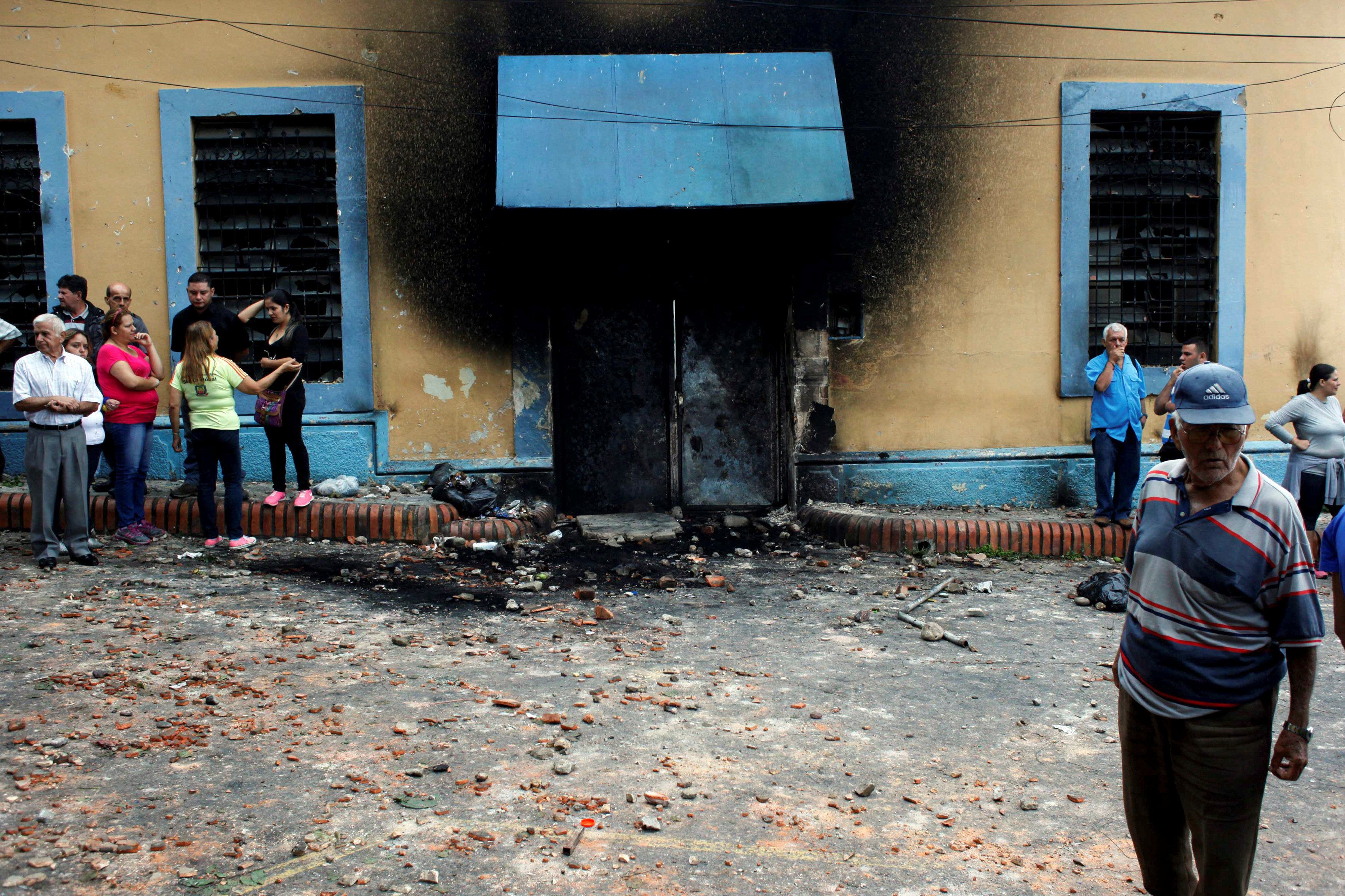 La fachada quemada de una comisaría se ve durante una protesta contra el gobierno del presidente de Venezuela, Nicolás Maduro, en Palmira, Táchira, 16 de mayo de 2017. Foto: Reuters/ Carlos Eduardo Ramírez