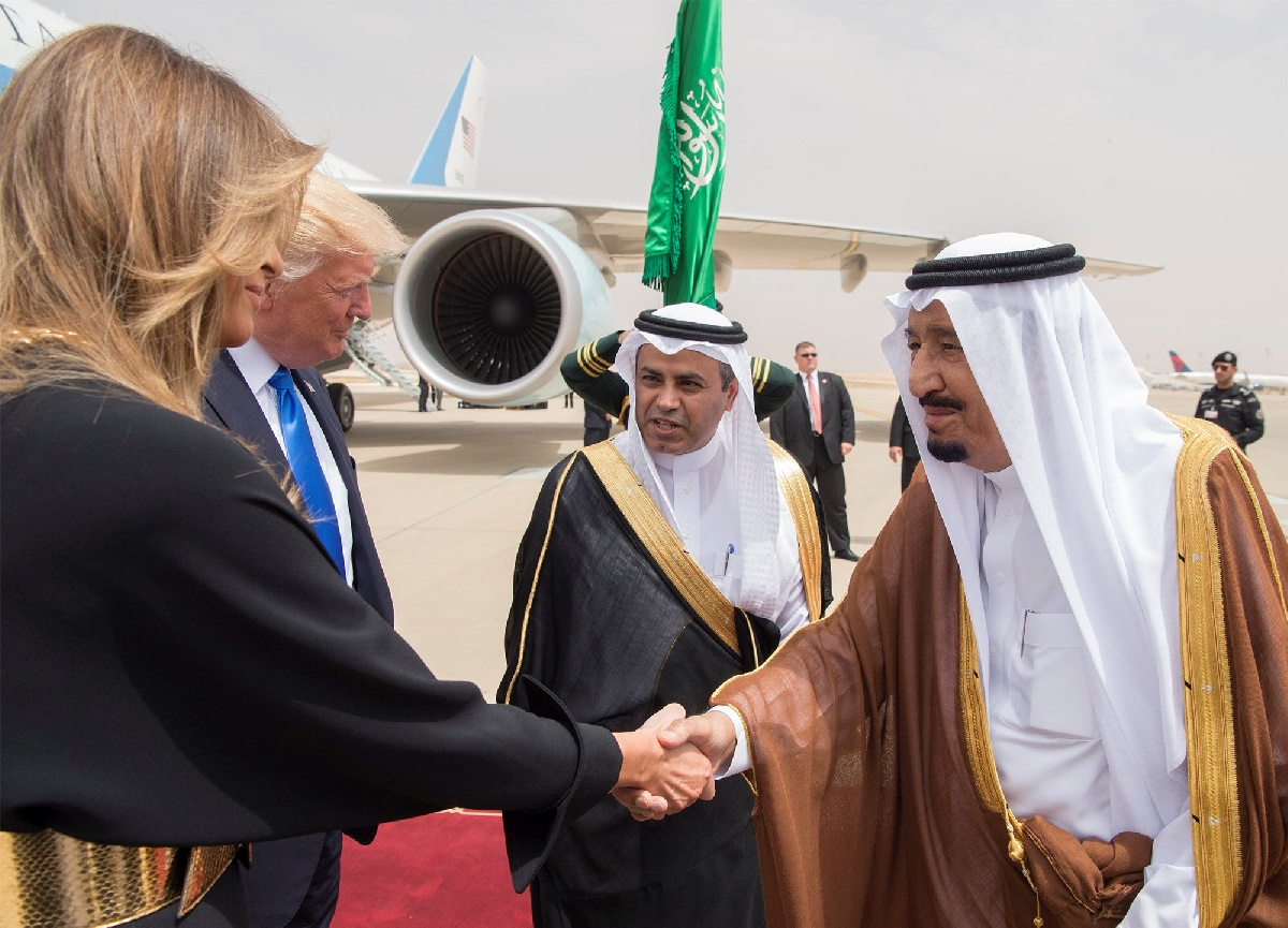 Saudi Arabia's King Salman bin Abdulaziz Al Saud shakes hands with first lady Melania Trump during a reception ceremony in Riyadh, Saudi Arabia, May 20, 2017. Bandar Algaloud/Courtesy of Saudi Royal Court/Handout via REUTERS ATTENTION EDITORS - THIS PICTURE WAS PROVIDED BY A THIRD PARTY. FOR EDITORIAL USE ONLY.