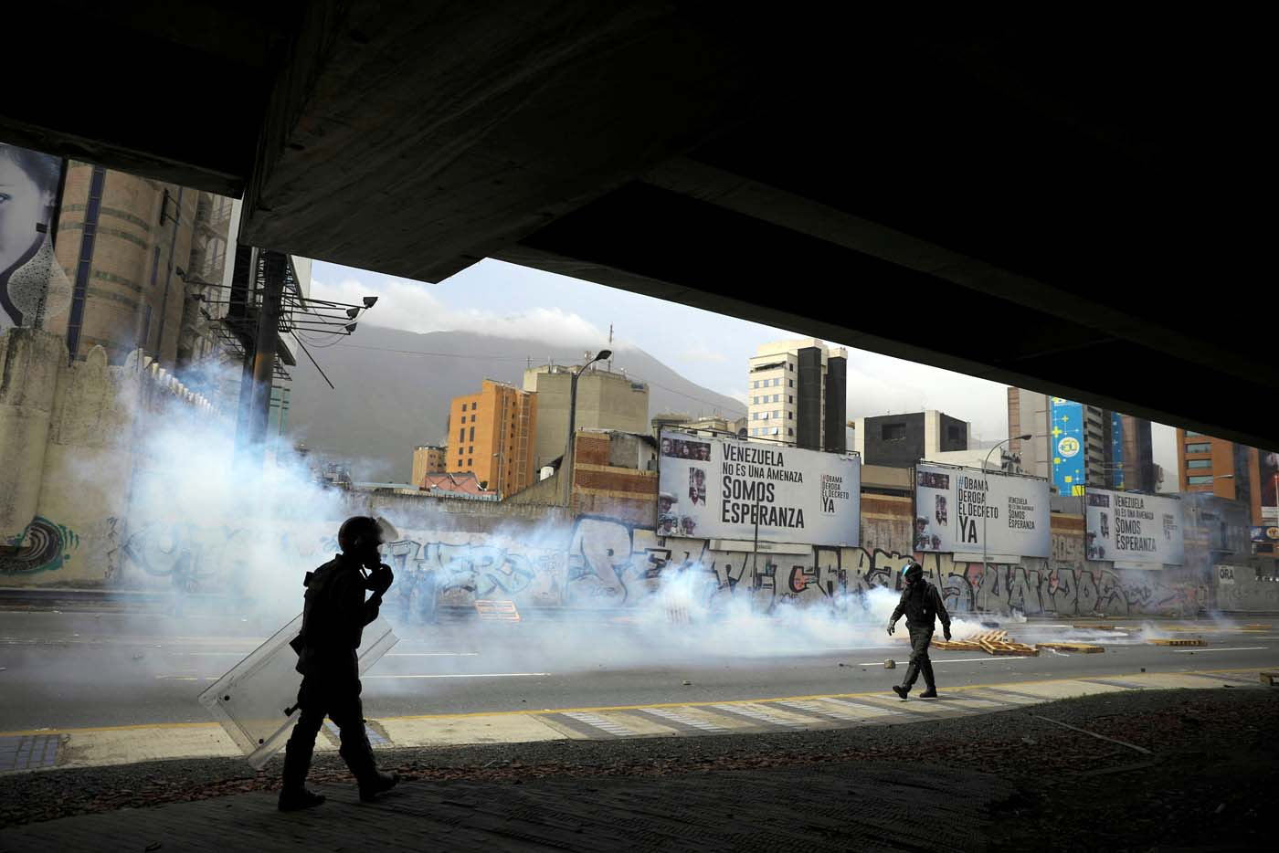 Riot security forces clash with demonstrators during a rally called by health care workers and opposition activists against Venezuela's President Nicolas Maduro in Caracas, Venezuela May 22, 2017. REUTERS/Carlos Barria