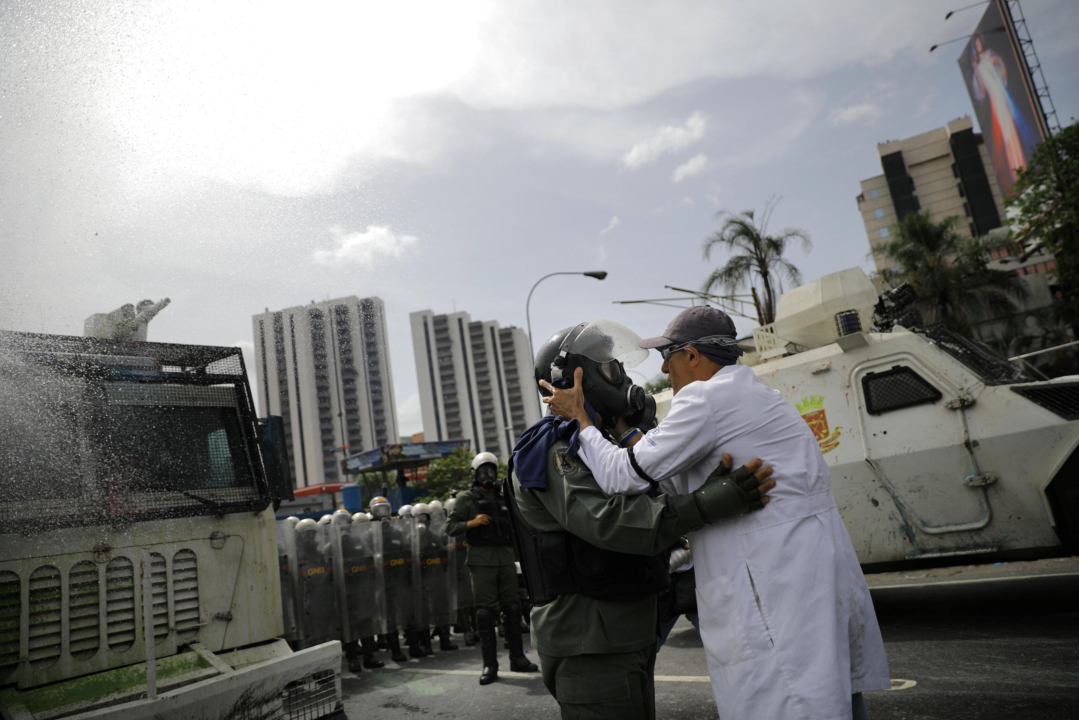 La represión de las protestas contra los galenos dejó un muerto y varios heridos en todo el país. REUTERS/Carlos Barria TPX IMAGES OF THE DAY