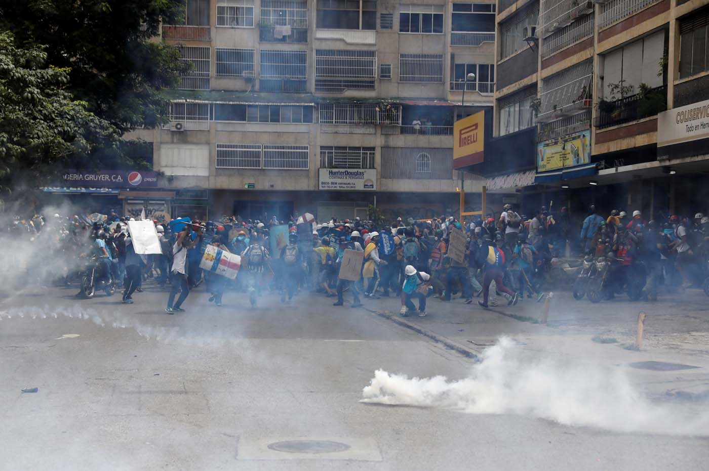 Demonstrators clash with riot security forces while rallying against President Nicolas Maduro in Caracas, Venezuela May 24, 2017. REUTERS/Carlos Garcia Rawlins