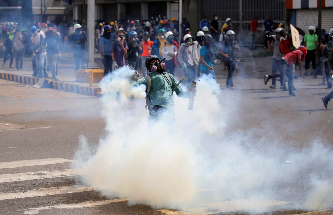 Demonstrators clash with riot security forces while rallying against President Nicolas Maduro in Caracas, Venezuela May 24, 2017. REUTERS/Carlos Barria