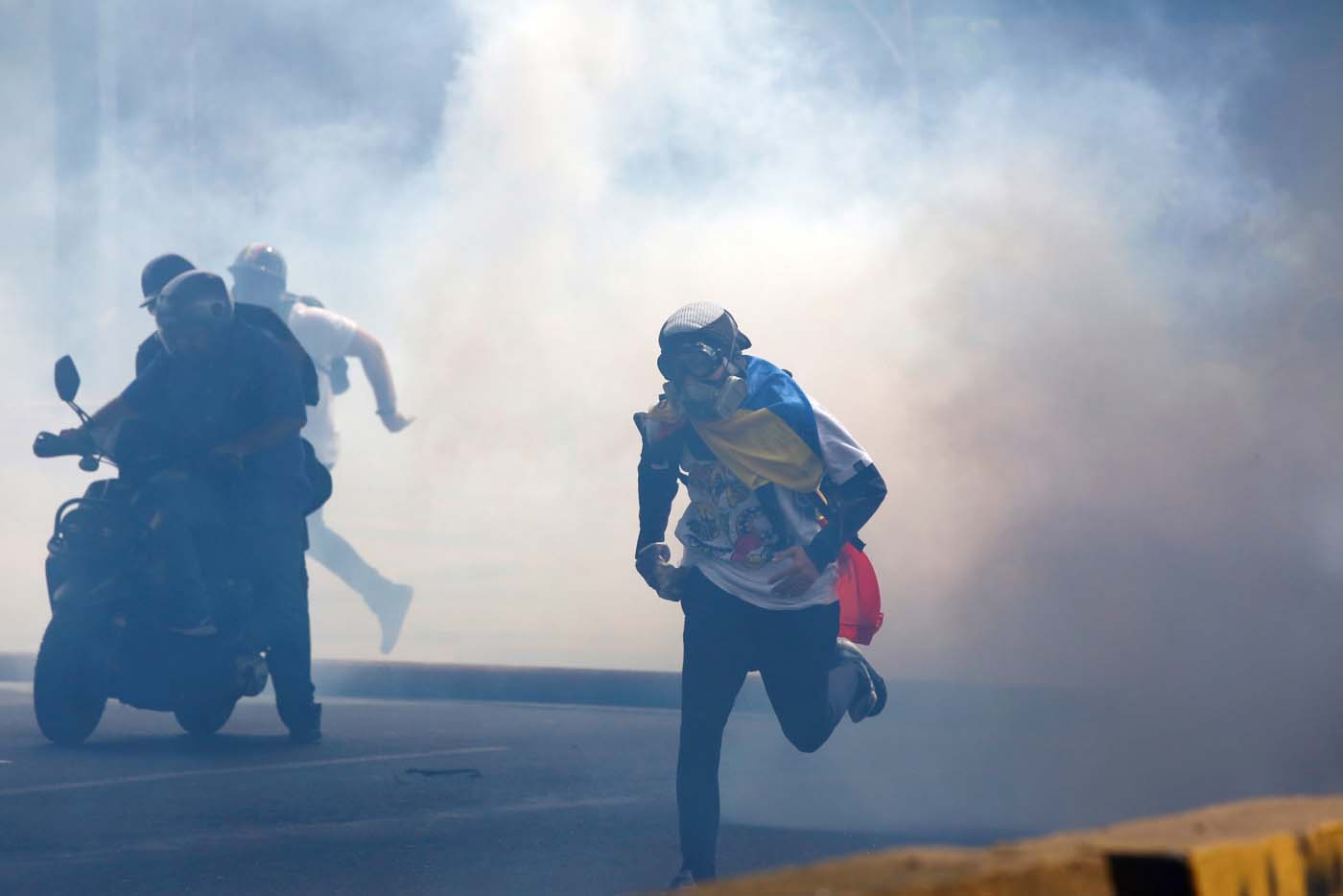 Demonstrators run away while clashing with riot security forces during a rally against President Nicolas Maduro in Caracas, Venezuela May 24, 2017. REUTERS/Carlos Garcia Rawlins