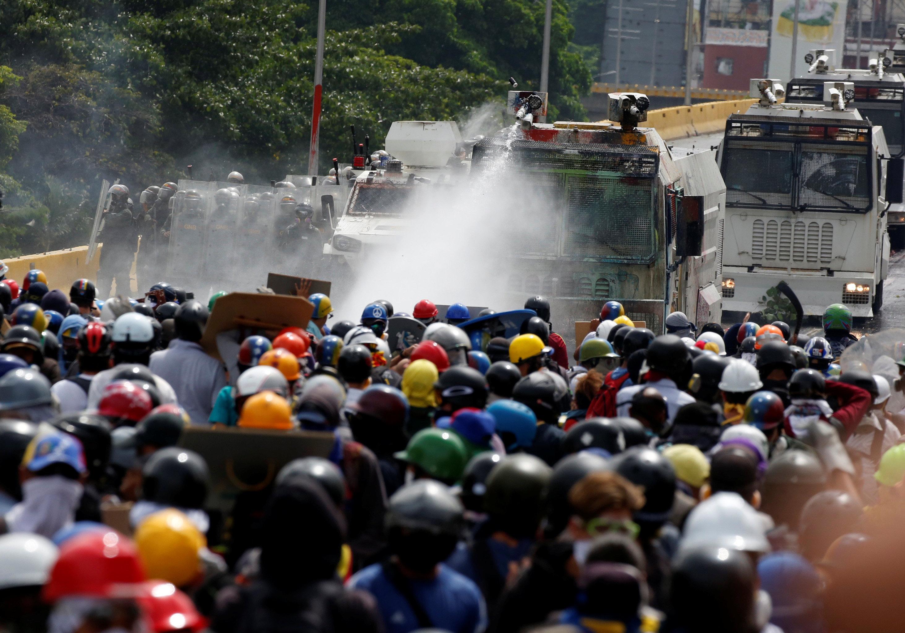Al menos 35 heridos producto de las manifestaciones han sido ingresados en Salud Baruta. REUTERS/Carlos Garcia Rawlins