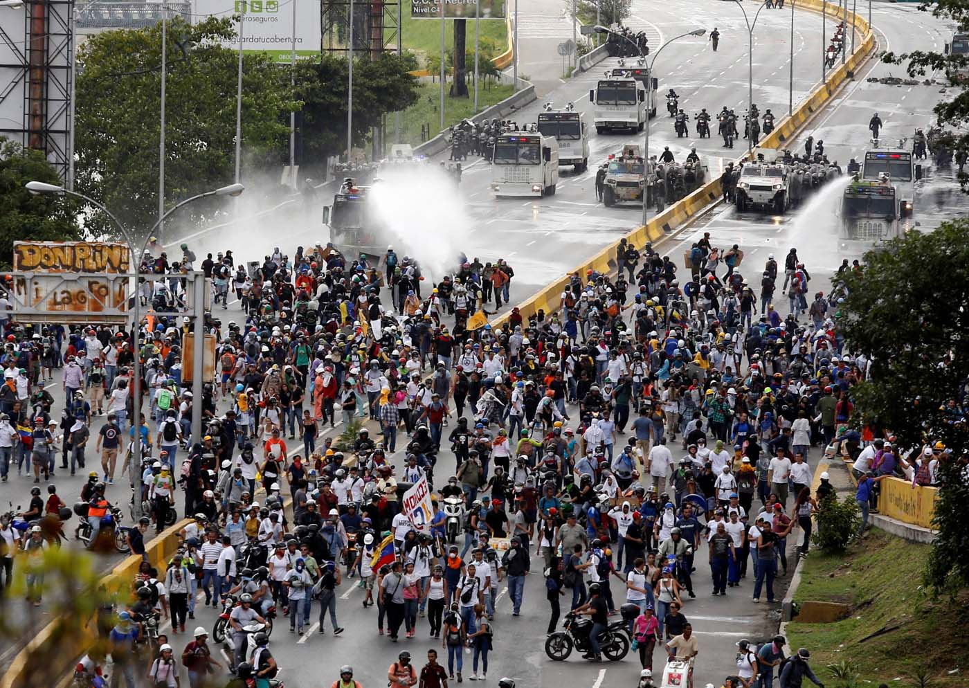 Demonstrators clash with riot security forces while rallying against President Nicolas Maduro in Caracas, Venezuela, May 24, 2017. REUTERS/Marco Bello