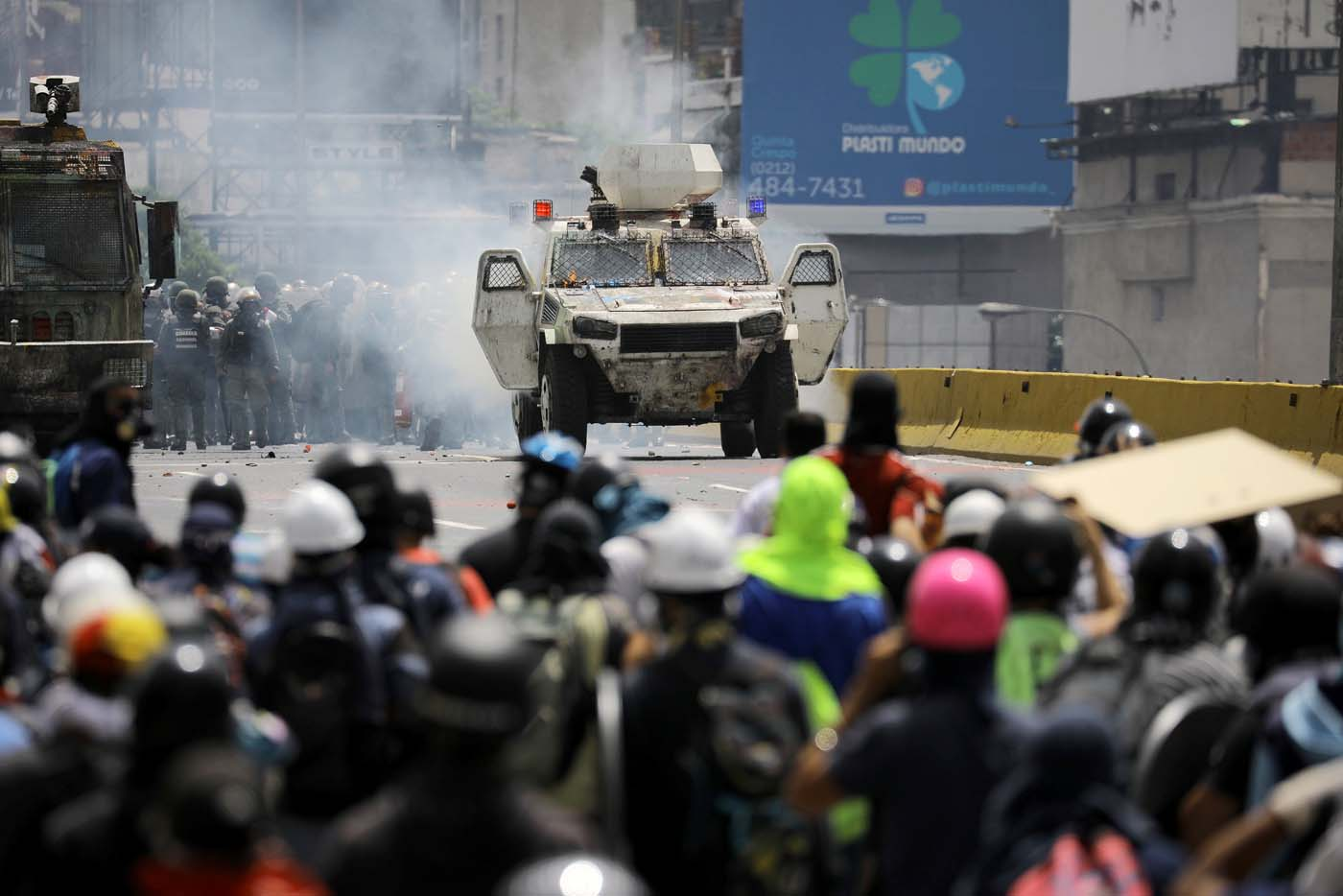 Demonstrators clash with riot security forces during a rally against Venezuela's President Nicolas Maduro in Caracas, Venezuela, May 26, 2017. REUTERS/Carlos Barria
