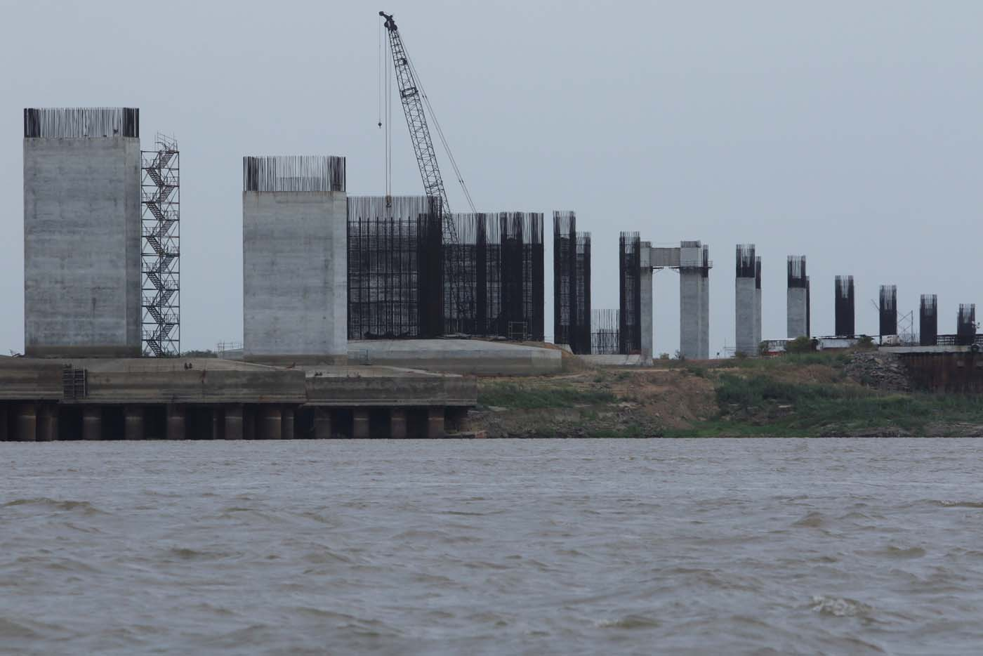 A view of a construction site by Odebrecht of the third bridge over the Orinoco River is seen in Caicara del Orinoco, Venezuela March 21, 2017. Picture taken March 21, 2017. REUTERS/William Urdaneta