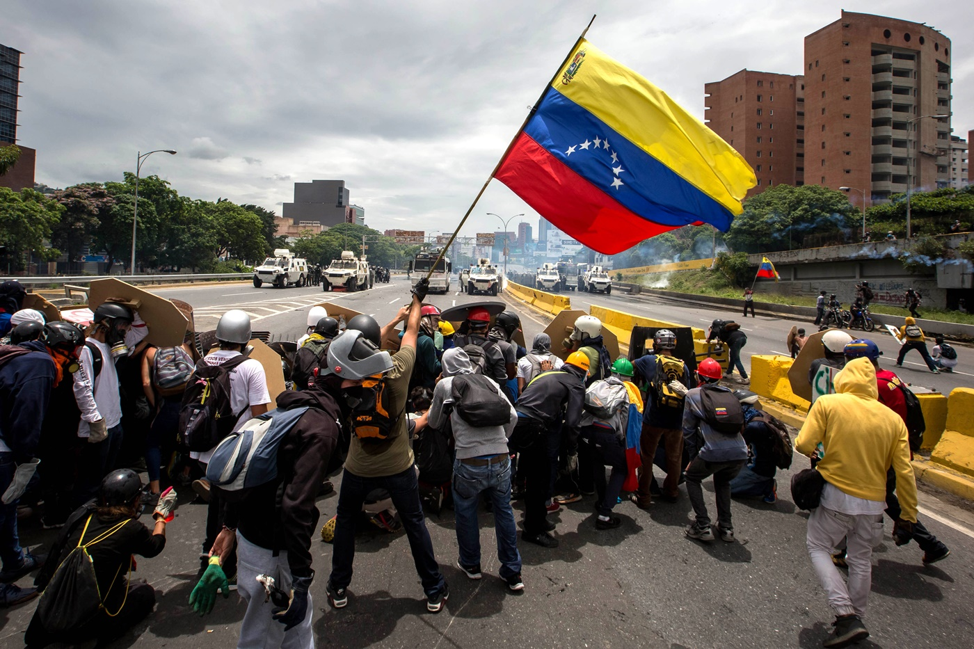 CAR021. CARACAS (VENEZUELA), 03/05/2017 - Participantes de una manifestación se enfrentan con miembros de la Guardia Bolivariana hoy, miércoles 3 de mayo de 2017, en Caracas (Venezuela). La Guardia Nacional Bolivariana (GNB, policía militarizada) de Venezuela dispersó hoy con gases lacrimógenos una movilización opositora en el este de Caracas que pretendía llegar hasta la sede de la Asamblea Nacional (AN, Parlamento), ubicada en el centro de la capital. EFE/MIGUEL GUTIERREZ
