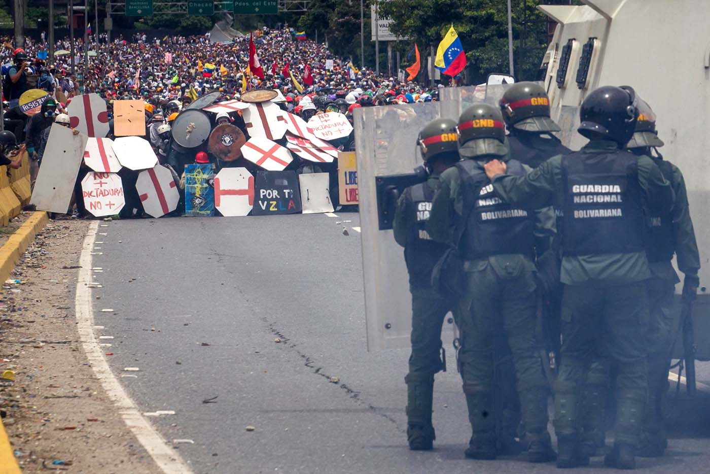 CAR015. CARACAS (VENEZUELA), 03/05/2017 - Miembros de la Guardia Nacional se enfrentan a un grupo de manifestantes hoy, miércoles 3 de mayo de 2017, en Caracas (Venezuela). La Guardia Nacional Bolivariana (GNB, policía militarizada) de Venezuela dispersó hoy con gases lacrimógenos una movilización opositora en el este de Caracas que pretendía llegar hasta la sede de la Asamblea Nacional (AN, Parlamento), ubicada en el centro de la capital. EFE/MIGUEL GUTIERREZ