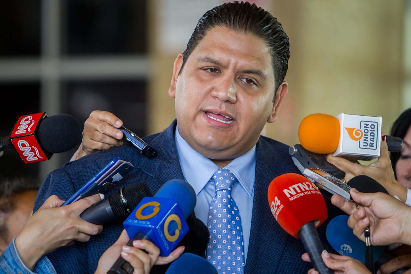 """BOG600.- BOGOTÁ (COLOMBIA), 3/05/2017.- Fotografía del 2 de agosto de 2016 del rector del Consejo Nacional Electoral (CNE) de Venezuela Luis Emilio Rondón, ofrece declaraciones a periodistas, en Caracas, Venezuela. Rondón, único de los cinco de este órgano afín a la oposición, dijo hoy, miércoles 3 de mayo de 2017, que hay una """"posible amenaza"""" al sistema democrático con la Constituyente y señaló que la iniciativa y la convocatoria del proceso no deben confundirse. EFE/ARCHIVO/MIGUEL GUTIÉRREZ"""