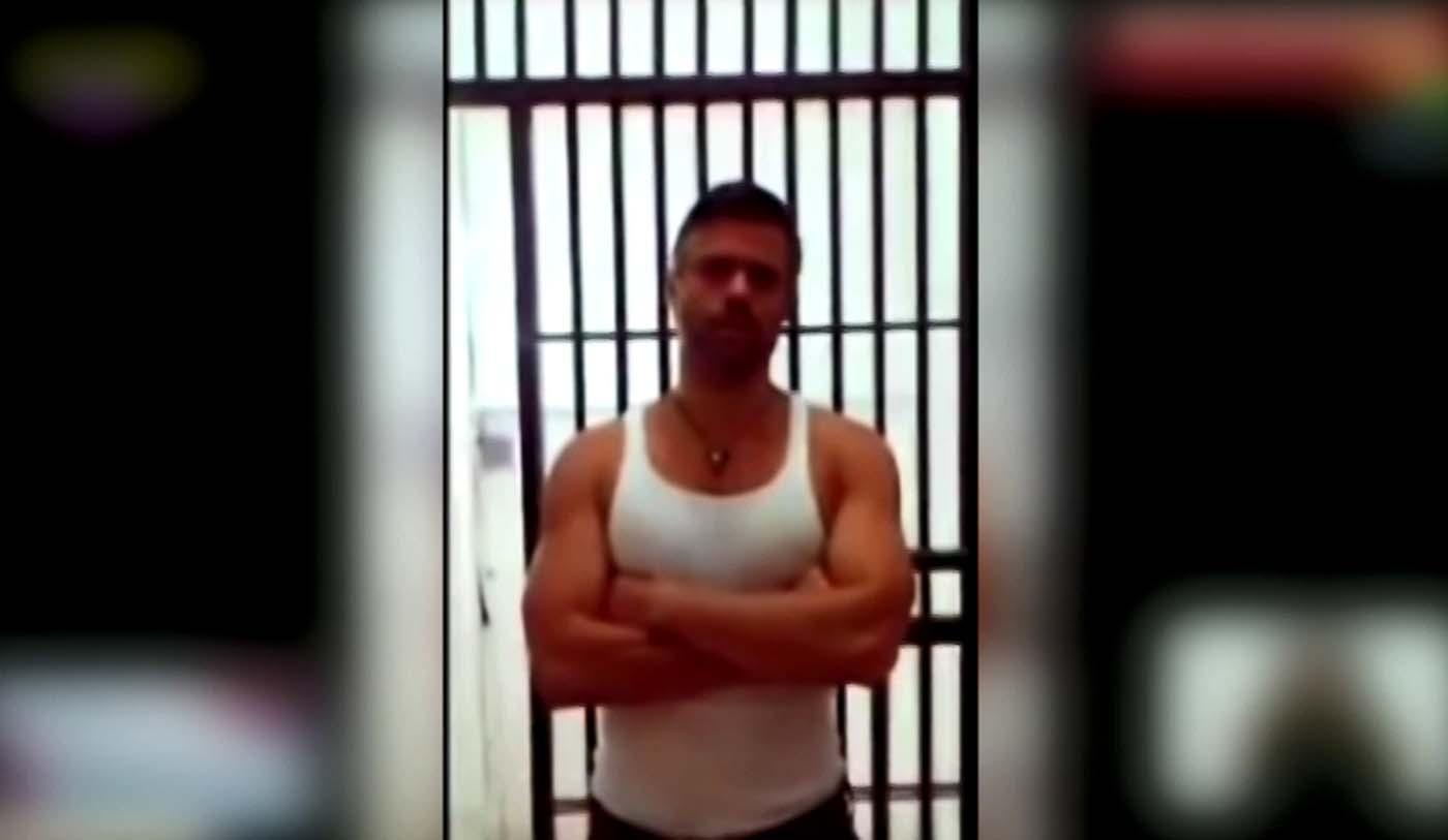 """VEN01. CARACAS (VENEZUELA), 04/05/2017.- Captura del vídeo que fue difundido el 3 de mayo de 2017, en el canal del Estado venezolano, durante el programa de televisión """"Con el mazo dando"""", en el que se observa al líder opositor Leopoldo López, en Caracas (Venezuela). La esposa de López, Lilian Tintori, cuestionó hoy, jueves 4 de mayo de 2017, el mensaje de """"fe de vida"""" difundido por la televisión estatal del político desde la prisión militar donde está recluido y aseguró que insistirá hasta ver a su esposo. """"Yo no puedo dar ninguna información certera hasta que yo vea a Leopoldo y él me diga qué es lo que está pasando, no en un vídeo editado de (diputado chavista) Diosdado Cabello, a quien no le creo nada"""", dijo Tintori a periodistas desde la cárcel militar de Ramo Verde, a las afueras de Caracas. EFE/CANAL DEL ESTADO VENEZOLANO/SOLO USO EDITORIAL/NO VENTAS/MÁXIMA CALIDAD DISPONIBLE"""