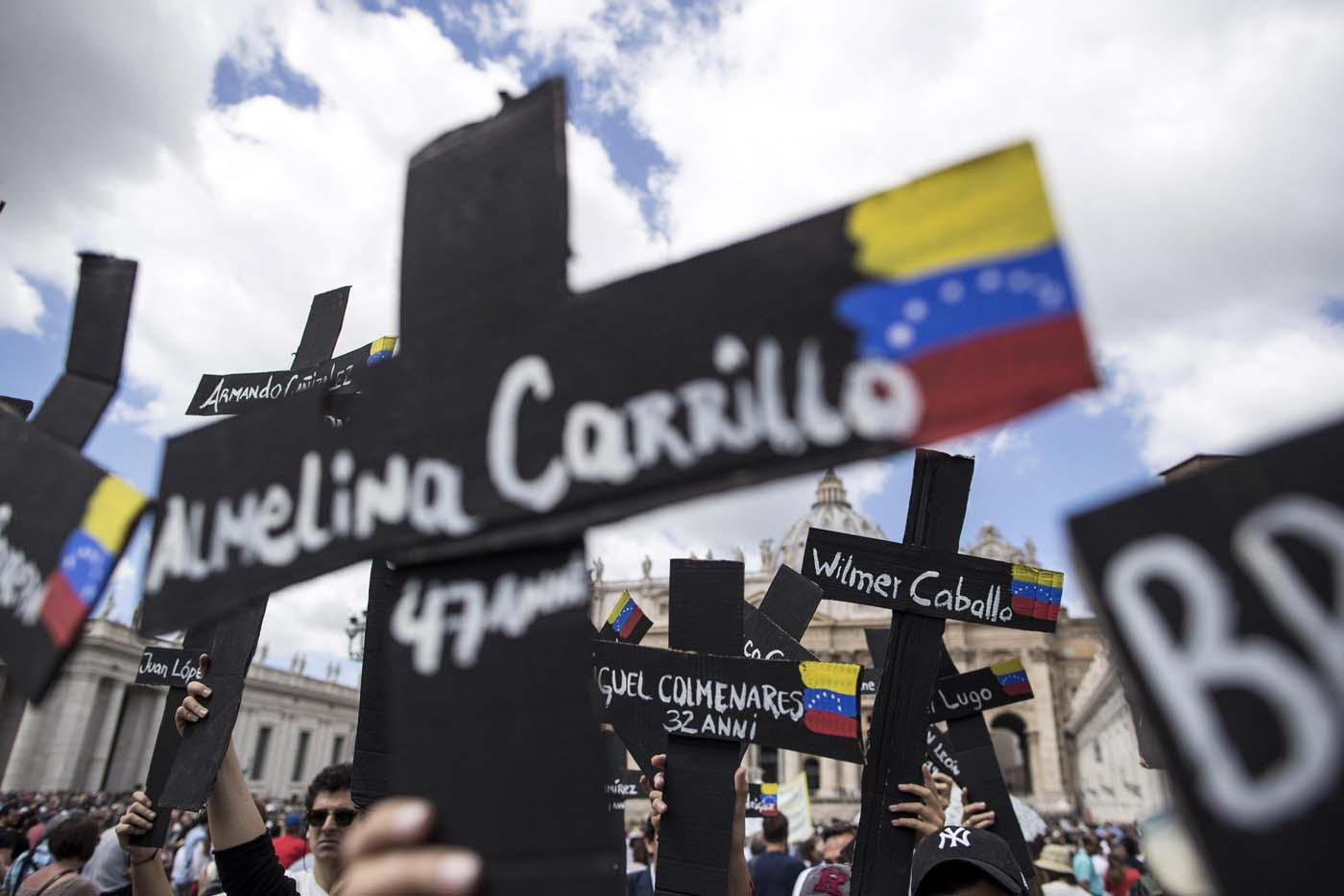 Vatican City (Vatican City State (holy See)), 07/05/2017.- Demonstrators with black crosses adorned with Venezuela flags and with the names of those killed in weeks of violent demonstrations calling on Venezuela's President Nicolas Maduro to step down, stage a demonstration in St. Peter's Square prior to the start of Pope Francis Regian Coeli noon prayer, at the Vatican, 07 May, 2017. (Protestas, Papa) EFE/EPA/Massimo Percossi