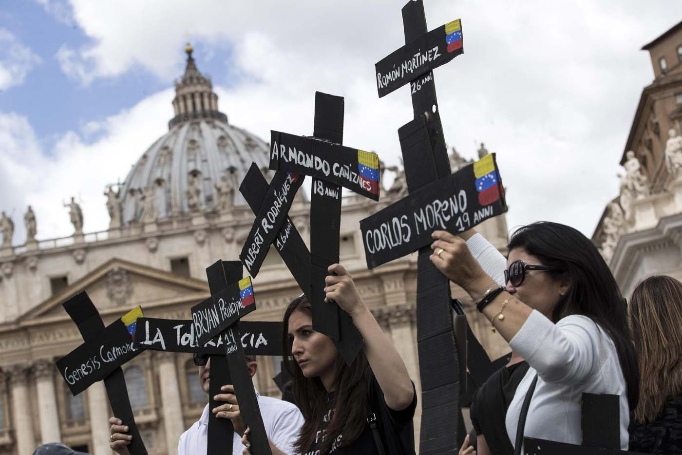 PER104. Vatican City (Vatican City State (holy See)), 07/05/2017.- Demonstrators with black crosses adorned with Venezuela flags and with the names of those killed in weeks of violent demonstrations calling on Venezuela's President Nicolas Maduro to step down, stage a demonstration in St. Peter's Square prior to the start of Pope Francis Regina Coeli noon prayer, at the Vatican, 07 May 2017. (Protestas, Papa) EFE/EPA/Massimo Percossi