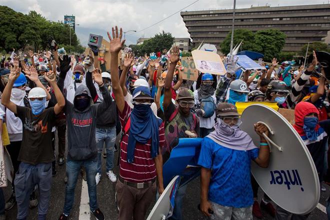 Escuderos en medio de brutal reprsión en Caracas, Venezuela, May 10, 2017 / EFE