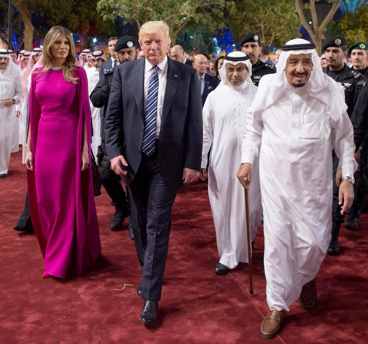 Riyadh (Saudi Arabia), 20/05/2017.- A handout photo made available by the Saudi Press Agency shows King of Saudi Arabia Salman bin Abdulaziz Al Saud (R) with US President Donald J. Trump (C) and wife Melania during a welcome ceremony at Murabba Palace, in Riyadh, Saudi Arabia, 20 May 2017. President Trump is on a two-day official visit to Saudi Arabia, the first stop of his first foreign trip since taking office in January 2017. (Arabia Saudita, Estados Unidos) EFE/EPA/SAUDI PRESS AGENCY HANDOUT HANDOUT EDITORIAL USE ONLY/NO SALES