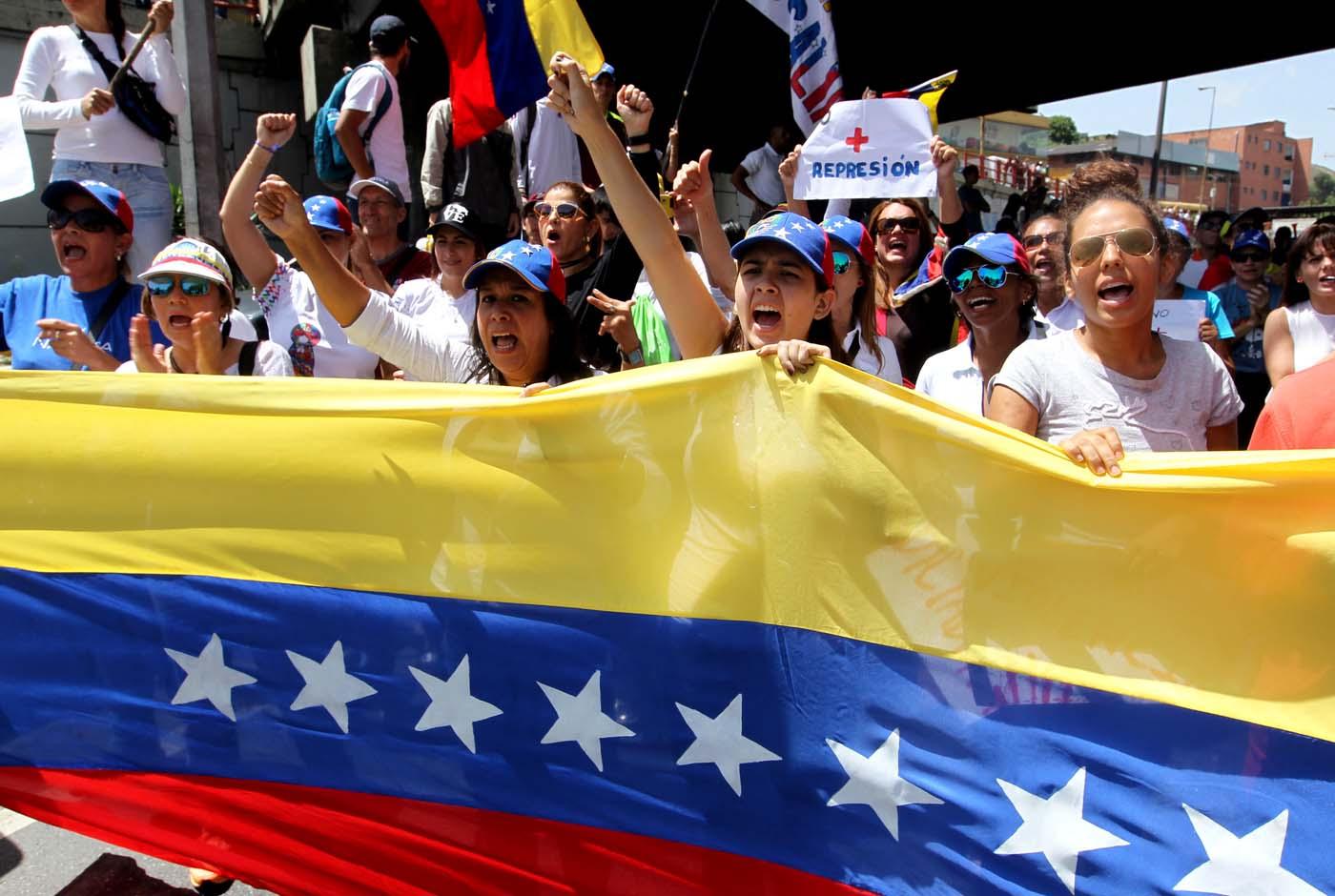 """-FOTODELDIA- VEN75. SAN ANTONIO DE LOS ALTOS (VENEZUELA), 25/05/2017-. Manifestantes marchan hoy, jueves 25 de mayo de 2017, por las principales vías en San Antonio de los Altos (Venezuela). Cientos de opositores venezolanos marcharon hoy en los Altos Mirandinos del céntrico estado Miranda, como """"tributo"""" a los habitantes de esa zona que, según los dirigentes de oposición, han sido víctimas de """"represión brutal"""" durante las protestas que se han desarrollado en ese país. EFE/MAURICIO DUEÑAS CASTAÑEDA"""