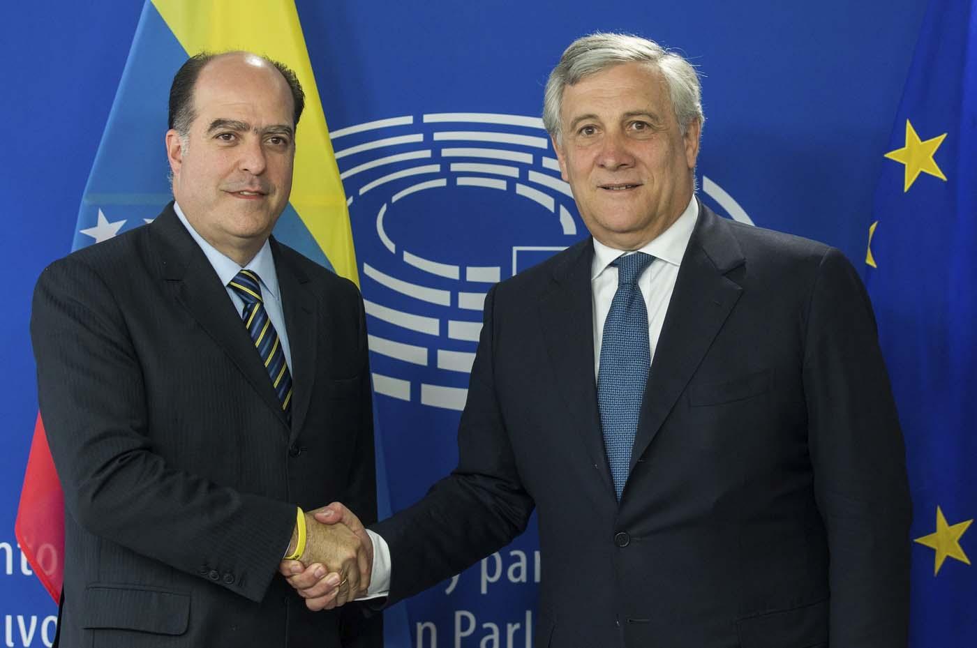 STL06 BRUSELAS (BÉLGICA) 31/05/2017.- El presidente del Parlamento Europeo (PE), Antonio Tajani (d), da la bienvenida al presidente de la Asamblea Nacional de Venezuela, el opositor Julio Borges, antes de su reunión en el PE en Bruselas (Bélgica), hoy, 31 de mayo de 2017. EFE/Stephanie Lecocq