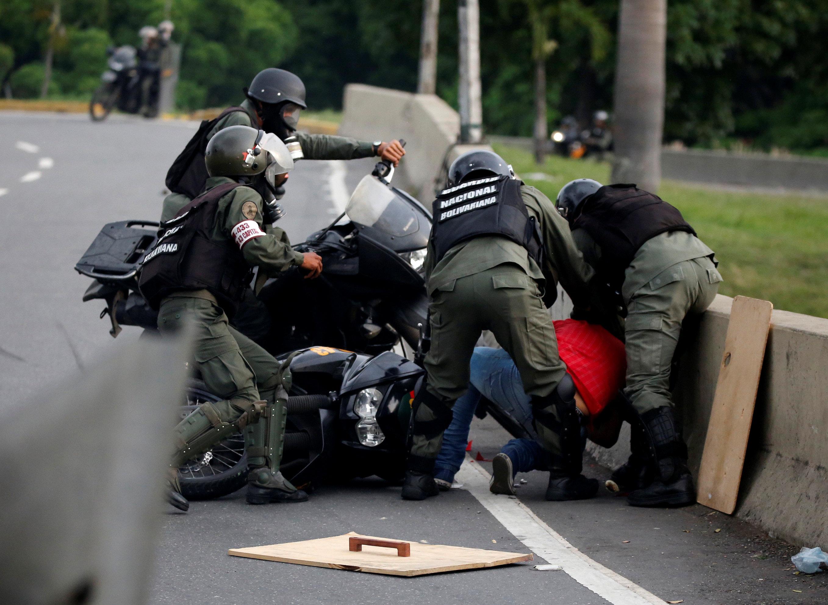 Un manifestante opositor es detenido por órganos represores en Caracas, Venezuela este 8 de mayo REUTERS/Carlos Garcia Rawlins