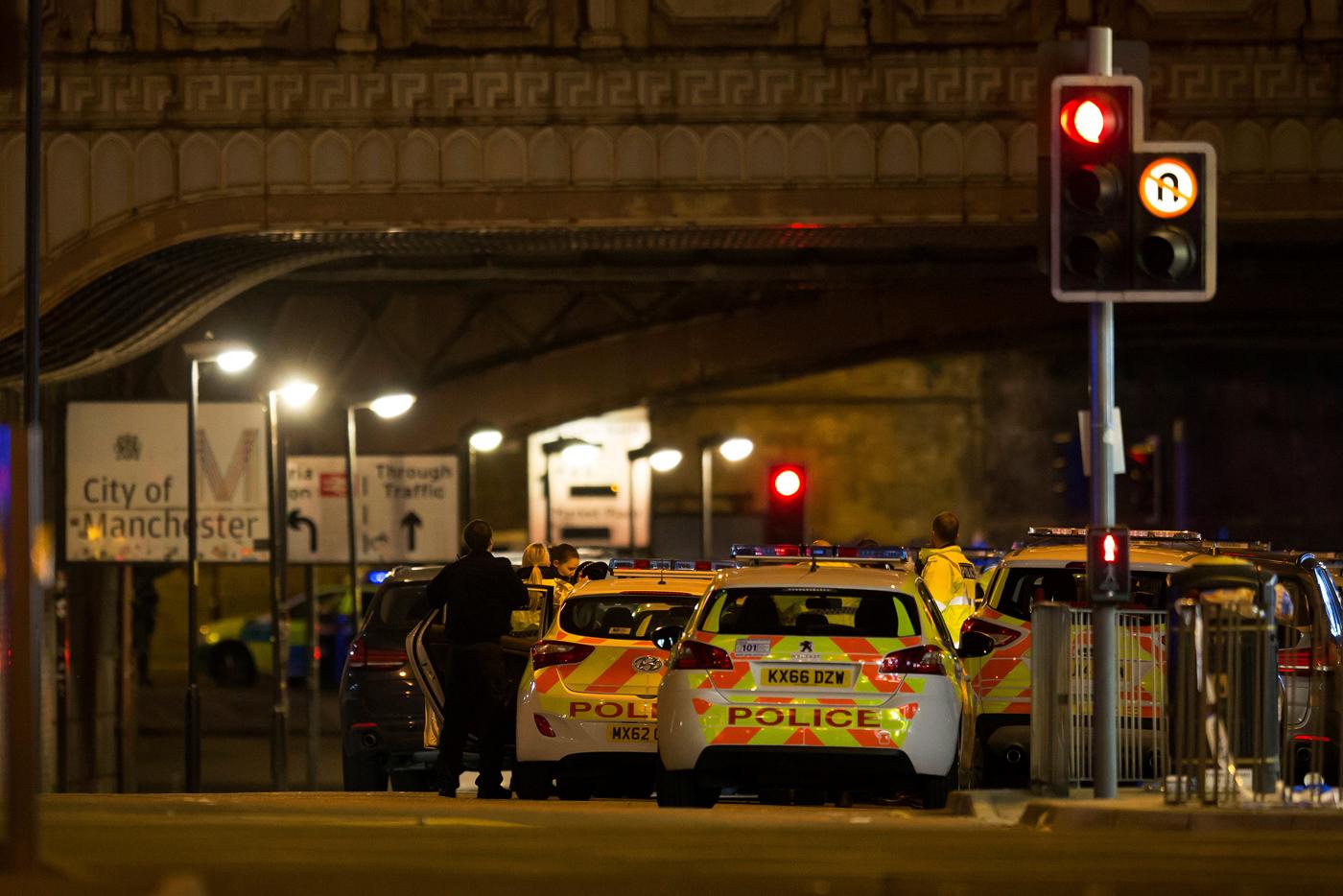 """Atentado en Manchester / REUTERS/Andrew YatesMay 22, 2017.  Al menos 19 personas murieron y 50 resultaron heridas como consecuencia de una explosión ocurrida en la noche del lunes en un recital de la estrella pop estadounidense Ariana Grande en la ciudad británica de Manchester, informó la policía, que agregó que trata el hecho como un """"incidente terrorista"""". REUTERS/Jon Super"""