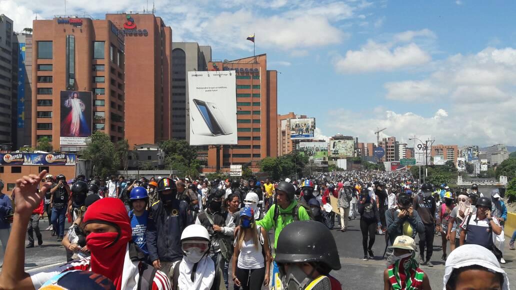 Opositores marchan hacia la Defensoría del Pueblo / Foto: Eduardo Ríos - La Patilla