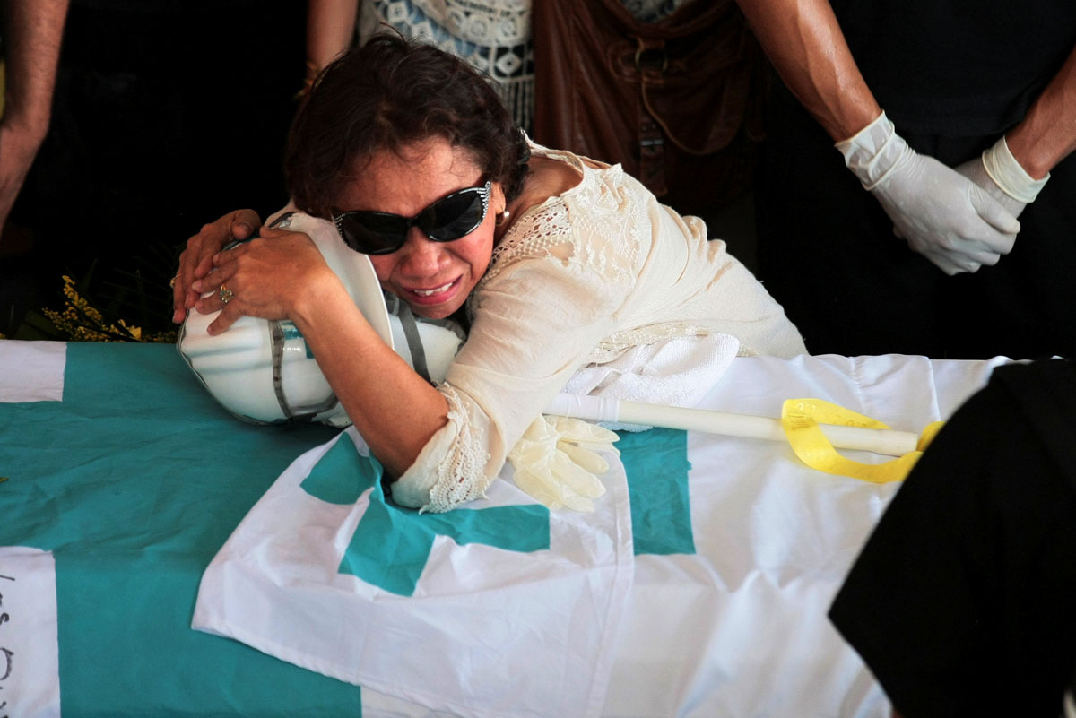 The mother of Paul Moreno, a volunteer, member of a primary care response team who died while on duty during a protest against Venezuelan President Nicolas Maduro's government, cries over his coffin during his funeral in Maracaibo, Venezuela, May 19, 2017. REUTERS/Isaac Urrutia     TPX IMAGES OF THE DAY