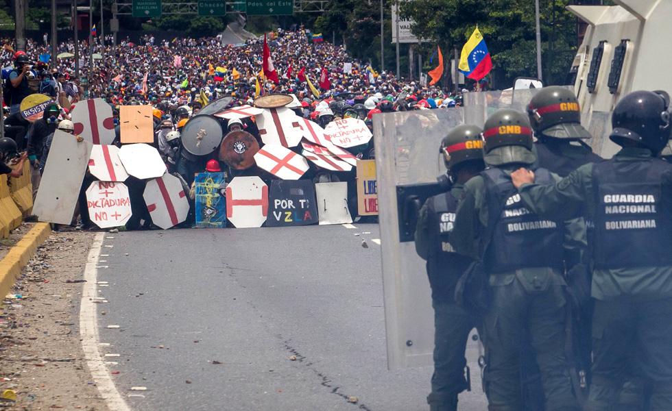 Miembros de la Guardia Nacional se enfrentan a un grupo de manifestantes hoy, miércoles 3 de mayo de 2017, en Caracas (Venezuela). La Guardia Nacional Bolivariana (GNB, policía militarizada) de Venezuela dispersó hoy con gases lacrimógenos una movilización opositora en el este de Caracas que pretendía llegar hasta la sede de la Asamblea Nacional (AN, Parlamento), ubicada en el centro de la capital. Foto: EFE / MIGUEL GUTIERREZ