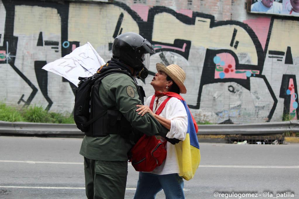Represión en la Autopista Francisco Farjardo. Foto: Régulo Gómez.