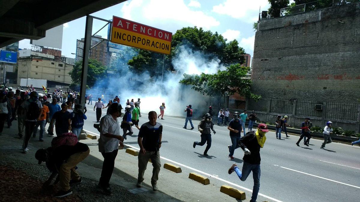 Manifestantes son reprimidos en la Autopista Francisco Fajardo / Foto: Twitter