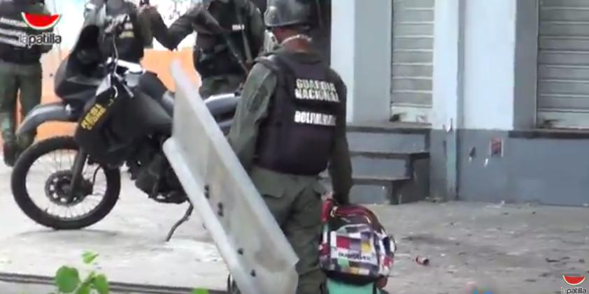 Momento en que la GN se lleva detenido a un manifestante