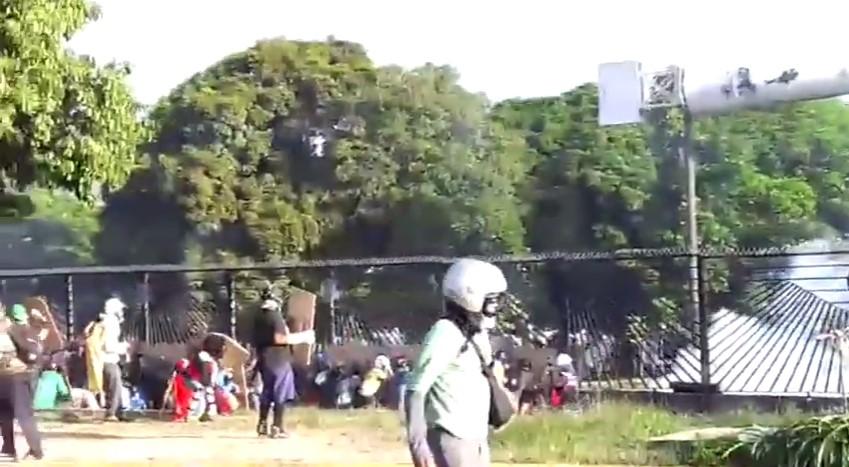 Manifestantes se protegían del ataque de la PNB (Captura)