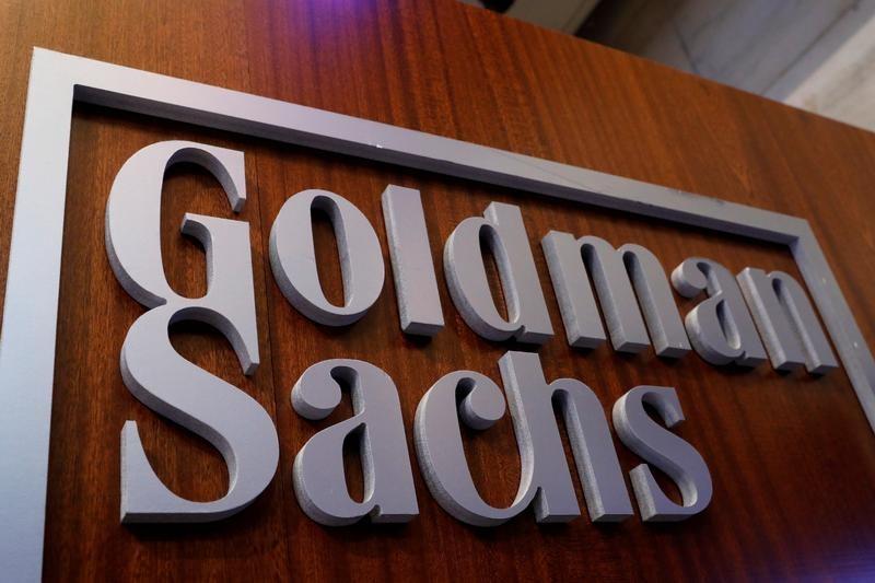 El nombre de Goldman Sachs se muestra dentro del puesto de la compañía en el piso de la Bolsa de Nueva York en Nueva York, Estados Unidos. 18 de abril 2017. El banco estadounidense Goldman Sachs confirmó la compra de bonos de la petrolera estatal venezolana en un comunicado que difundió tarde el lunes, en medio de las críticas que le hizo el Parlamento opositor de ese país por facilitar liquidez al gobierno de Nicolás Maduro, al que acusan de dictador. REUTERS/Brendan McDermid