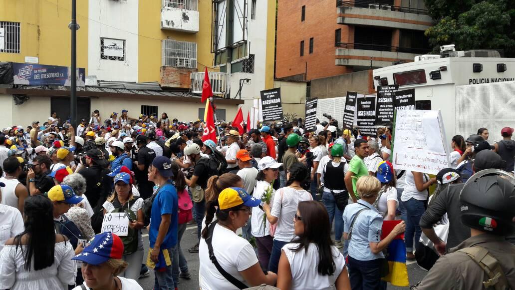Barrera de la GNB impide la movilización de las mujeres venezolanas