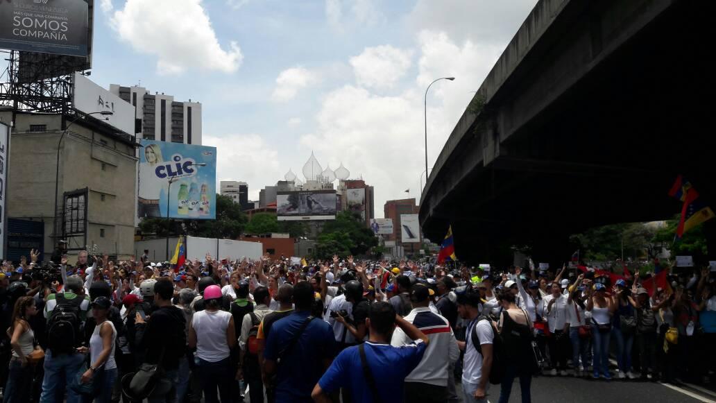 Mujeres opositoras toman la autopista Francisco Fajardo luego que les impidieran el paso por la avenida Libertador