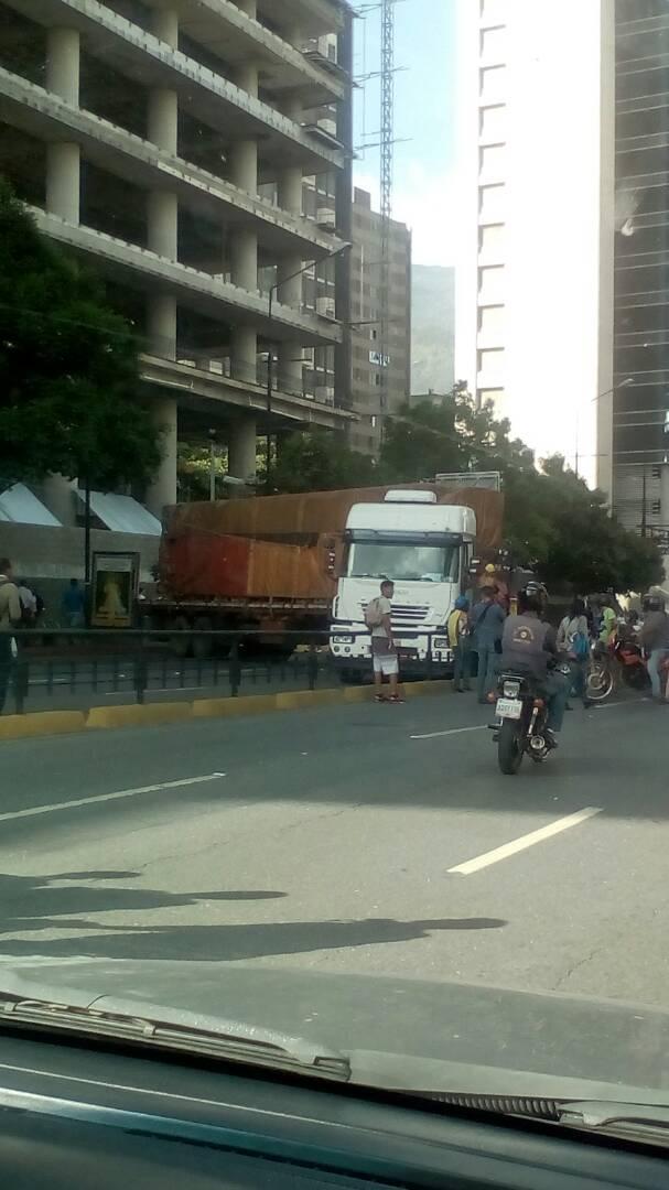 Atraviesan gandola en la Francisco de Miranda en Caracas. Foto: Oliver Rodríguez