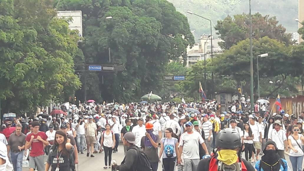 Opositores salen desde Parque Cristal y Altamira rumbo a la Defensoría / Foto: Eduardo Ríos