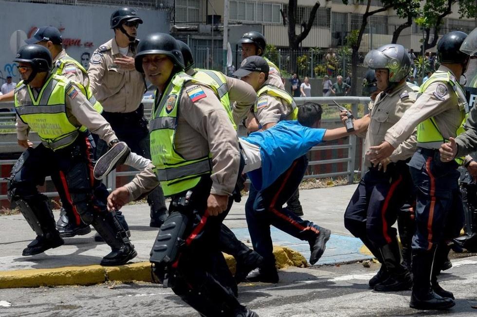 Efectivos de la PNB detienen a joven manifestante / Foto Prensa