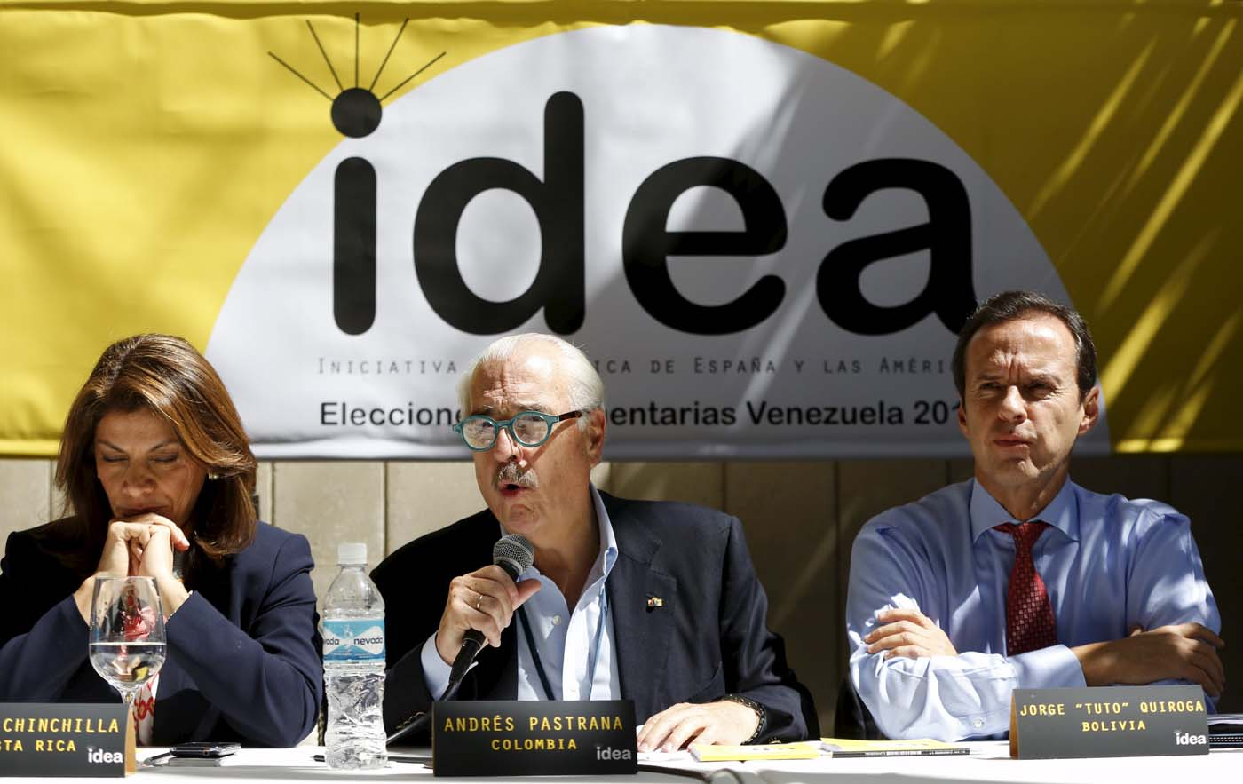 Colombia's former president Andres Pastrana (C) speaks next to Bolivia's former president Jorge Quiroga (R) and Costa Rica's former President Laura Chinchilla during a news conference in Caracas December 4, 2015. A group of former presidents, who are members of the Democratic Initiative of Spain and the Americas (IDEA), was invited by the Venezuelan coalition of opposition parties (MUD) as an accompaniment mission for the upcoming parliamentary elections. REUTERS/Carlos Garcia Rawlins