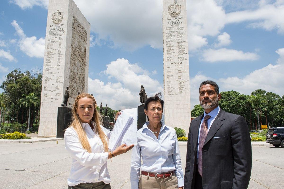 Lilian Tintori, acompañada de la madre de Leopoldo López y su abogado