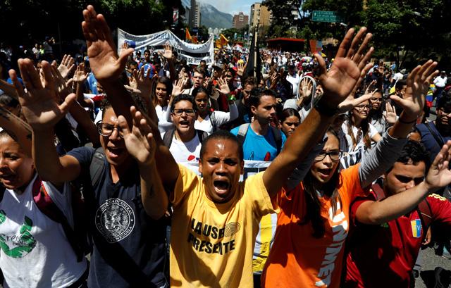 Cuerpos de seguridad no dan tregua y arremetieron con gases contra los estudiantes. REUTERS/Carlos Garcia Rawlins
