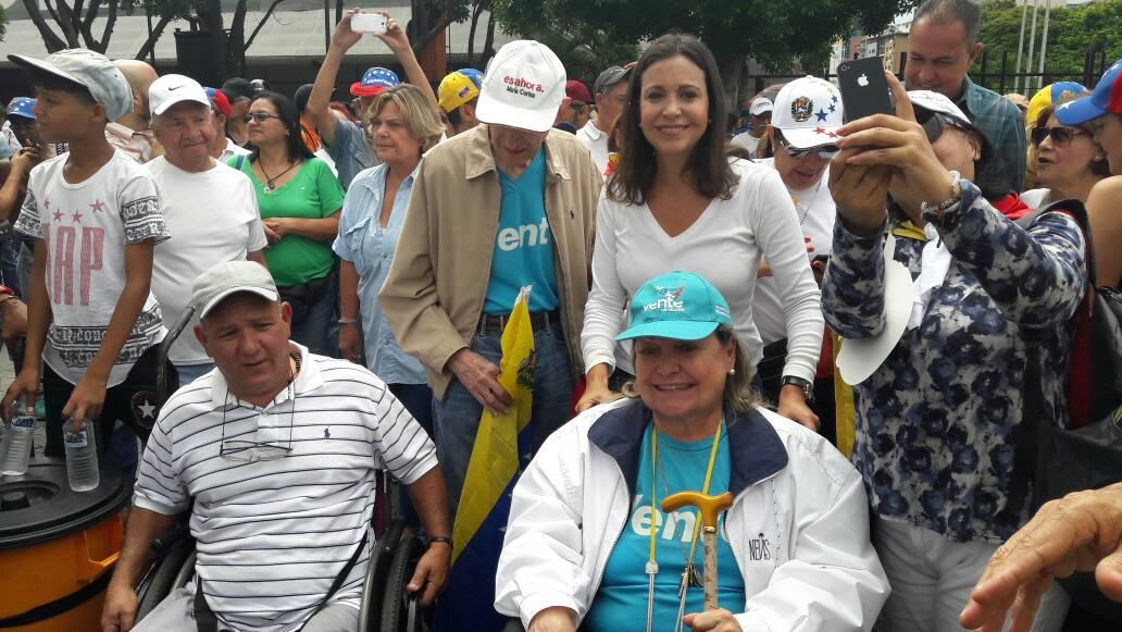 Los padres de María Corina llegan a Chacaíto para participar en la marcha de los abuelos (Foto lapatilla)