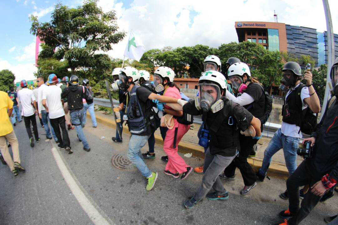 La resistencia no cede ante la brutal represión de la GN en la Fajardo. Foto: Régulo Gómez / LaPatilla.com